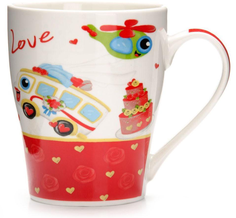Кружка Loraine Автомобиль, 340 мл, подарочная упаковка. 2658326583Кружка Loraine, выполненная из костяного фарфора и украшенная ярким рисунком, станет красивым и полезным подарком для ваших родных и близких. Дизайн изделия придется по вкусу и ценителям классики, и тем, кто предпочитает утонченность и изысканность. Кружка Loraine настроит на позитивный лад и подарит хорошее настроение с самого утра. Изделие пригодно для использования в микроволновой печи и холодильника. Подходит для мытья в посудомоечной машине.