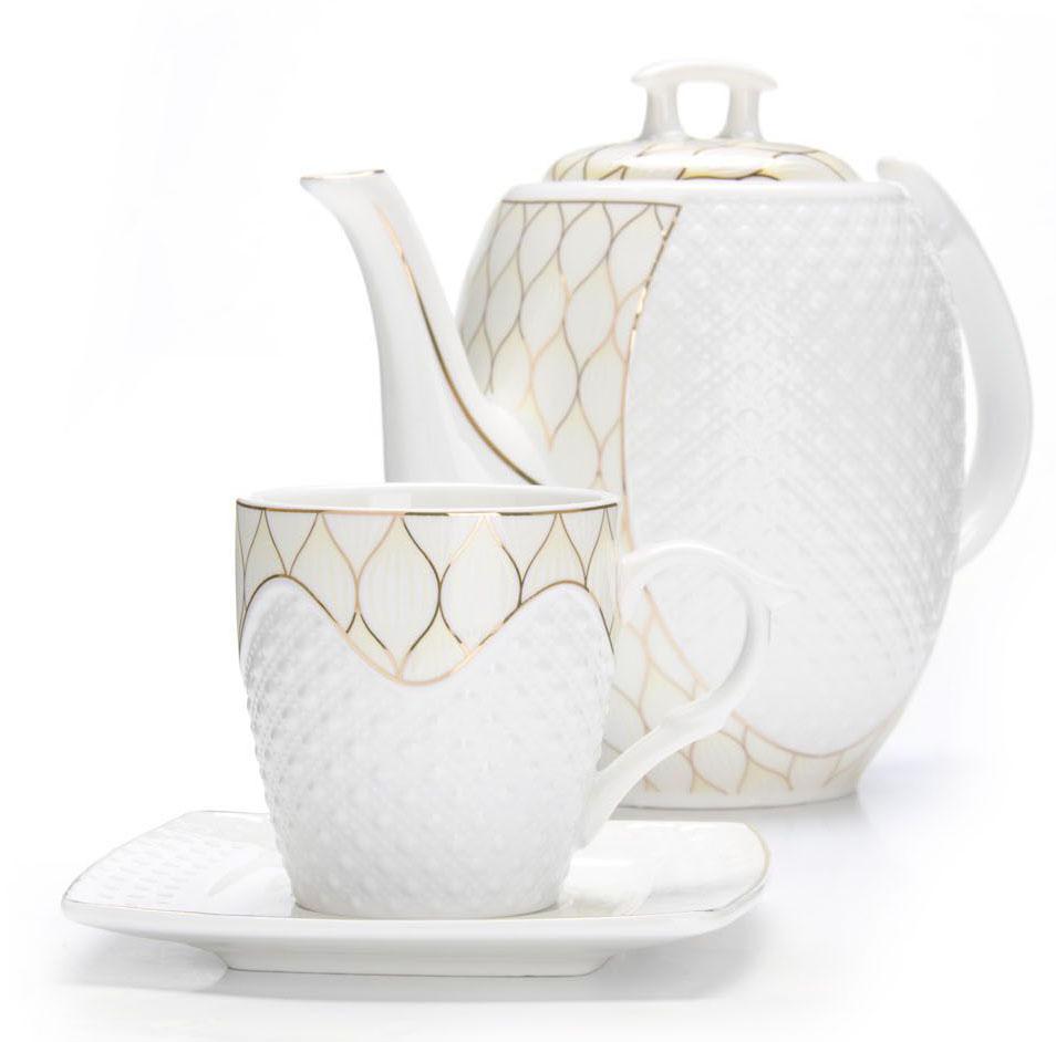 Чайный сервиз Loraine, 13 предметов (220 мл + чайник 1,3 л). 2683526835Чайный набор Loraine на 6 персон, изготовленный из высококачественной керамики изысканного белого цвета, состоит из 6 чашек, 6 блюдец и 1-го чайника. Изделия набора украшены тонкой золотой каймой и имеют красивый и нежный дизайн. Набор придется по вкусу и ценителям классики, и тем, кто предпочитает утонченность и изысканность. Он настроит на позитивный лад и подарит хорошее настроение с самого утра. Набор упакован в подарочную упаковку. Такой чайный набор станет прекрасным украшением стола, а процесс чаепития превратится в одно удовольствие! Это замечательный выбор для подарка родным и друзьям!