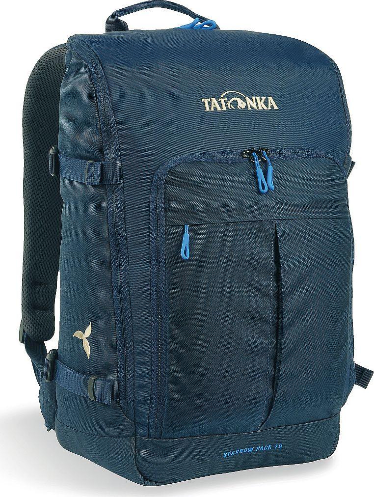 Рюкзак женский Tatonka Sparrow Pack, для учебы и работы, цвет: темно-синий, 19 лH009Компактный рюкзак для учебы или работы. Основное отделение открываются полностью благодаря молнии, идущей по всему периметру рюкзака: собирать рюкзак очень легко, кроме того, легко достать любые вещи. Это удобно, например, в аэропорту на регистрации. Для ноутбука предусмотрен специальный карман. В передней части рюкзака находится отделение с органайзером. Благодаря лямкам анатомической формы инагрудному ремню, носить рюкзак кофмортно и легко.Преимущества и особенности: Спинка Vent ComfortЛямки анатомической формыРегулируемый нагрудный ременьКомпрессионные стропыРучка для переноскиДополнительные карманы в основном отделенииОсновное отделение открывается полностьюУплотненное дноПередний карман с органайзеромКрючок для ключейОтделение для ноутбука 15,4 дюйма