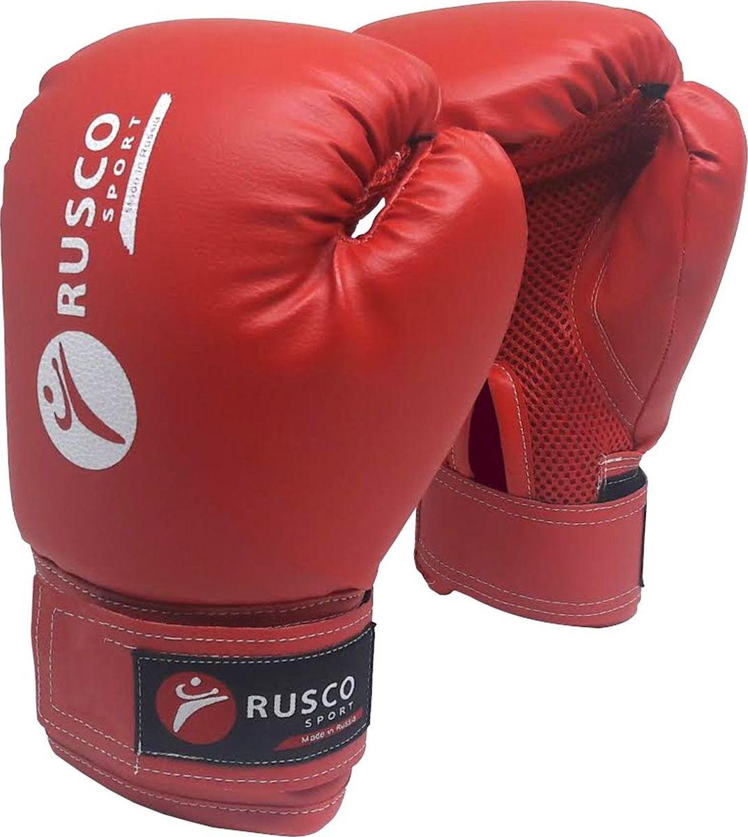 Перчатки боксерские Rusco, цвет: красный, 10 ozУТ-00008588Перчатки боксерские, 10 oz, к/з - это боксерские перчатки красного цвета, которые широко используются начинающими спортсменами и юниорами на тренировках. Перчатки имеют мягкую набивку, специально разработанная удобная форма позволяет избежать травм во время тренировок и профессионально подготовиться к бою. Превосходно облегают кисть, следуя всем анатомическим изгибам ладони и запястья.