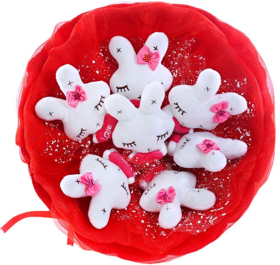 Букет из игрушек Toy Bouquet Зайчата, цвет: красный, 7 игрушекRW004-7-31Букет из 7 милых зайчиков, белого цвета, упакован в мягкую струящуюся органзу с добавлением флористической сетки, перевязан широкой атласной лентой с добавлением серебристой парчовой тесьмы. Мягкие игрушки, оформленные в букет – приятный подарок для любимой, для мамы, подруги или для ребенка. Оригинальные букеты торговой марки TOY BOUQUET из мягких игрушек прекрасно подойдут для многих праздников: День Святого Валентина, 8 марта, день рождения, выпускной, а также на другие памятные даты или годовщины.