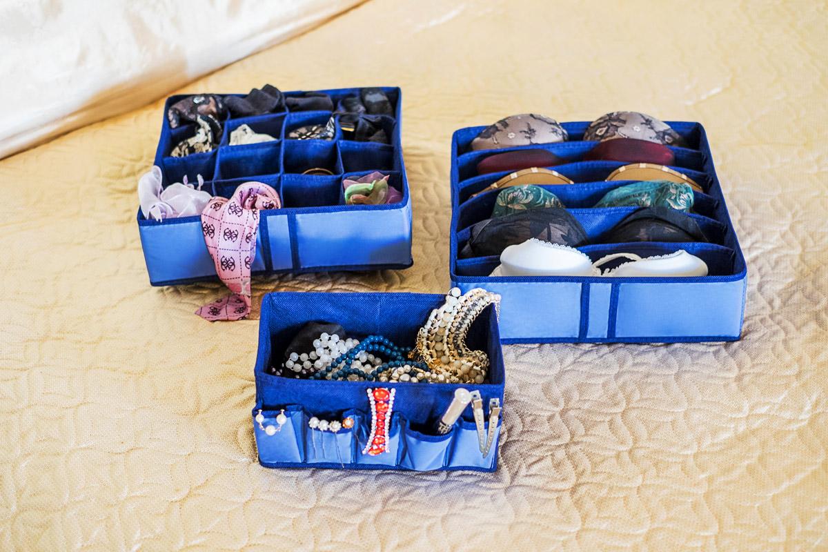 Набор органайзеров Homsu, 3 штDEN-16Набор органайзеров предназначен для удобного и компактного хранения белья и мелких вещей. Богатый яркий цвет отлично дополняет интерьер, придавая ему оригинальный стиль. В набор входят 3 органайзера: Органайзер для бюстгальтеров на 6 ячеек сохранит форму вашего белья, он компактен, не занимает много места, и в то же время может вместить несколько бюстгальтеров. Органайзер на 16 ячеек для белья и мелких предметов. В него можно сложить носки, трусики и прочие небольшие предметы гардероба, множество ячеек не позволит белью смяться и перепутаться. Коробочка для косметики и мелочей поможет организовать порядок среди женских радостей: аксессуаров, косметических средств, бижутерии. Выбирая набор органайзеров, вы приобретаете практичное хранение вещей, стильные аксессуары для интерьера и свободное пространство. 350х350х100; 350х350х100; 250х150х120