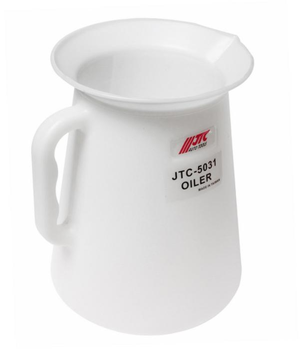 JTC Масленка, 5 л. JTC-5031JTC-5031Используется для дозирования необходимого количества масла и заправки его в агрегаты автомобиля. Маслёнка удобна в использовании благодаря большой горловине: 180 мм. Объем маслёнки: 5 л. Материал: полиэтилен с высокой плотностью (PE-HD) Корпус устойчив к химической обработке. Область рабочих температур: от –50 °C до +80 °C. Количество в оптовой упаковке: 12 шт. Габаритные размеры: 250/180/170 мм. (Д/Ш/В) Вес: 350 гр.