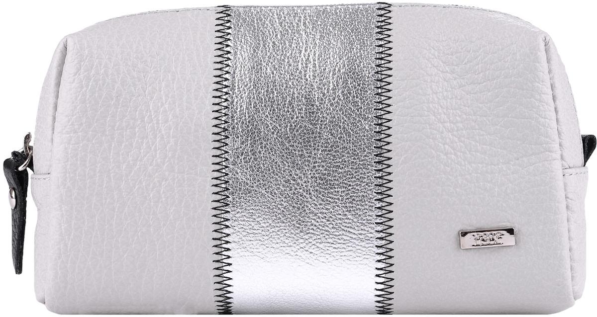 Косметичка женская Esse Эстелла, цвет: серебро, черный. GEST00-00ML00-D8119P-K100INT-06501Косметичка изготовлена из натуральной кожи, детали соединены декоративной строчкой. Имеет компактный размер, но вместе с тем, достаточно вместительная. Закрывается на молнию