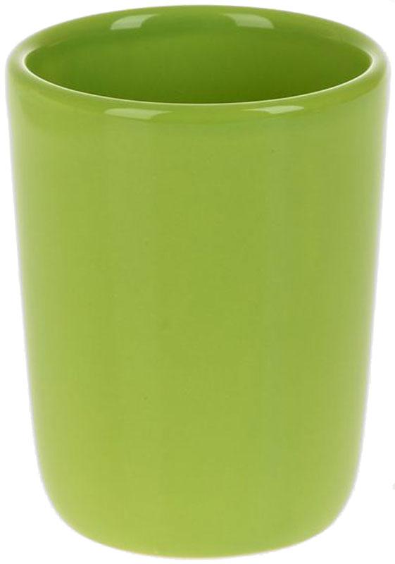 Стакан для ванной White Clean Green, 200 млUP210DFСтакан для ванной White CLEAN Green изготовлен из прочной качественной керамики светло-зеленого цвета, покрытой глазурью. Изделие предназначено для хранения зубной пасты, бритв и других принадлежностей для гигиены. Такой стакан красиво дополнит интерьер ванной комнаты и отлично сочетается с другими аксессуарами из коллекции Green.