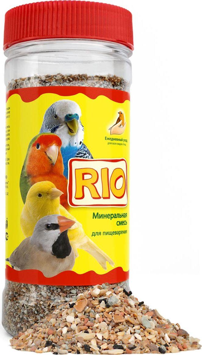 Минеральная смесь Rio, для всех видов птиц, 600г0120710Помимо основного корма птицам необходимо постоянное наличие в клетке минеральной смеси, что связано с особенностями пищеварения птиц. Минеральная смесь RIO содержит неорганические и органические компоненты, которые выполняют функцию гастролитов, помогая «перемалывать» твердые семена в мускульном желудке птиц. Минеральная смесь RIO служит дополнительным источником кальция, фосфора, натрия и других минеральных веществ.Ракушечник — важный источник кальция, фосфора, натрия и других минеральных элементов. В кислой среде желудка ракушечник растворяется, образующиеся при этом минеральные соли легко усваиваются организмом птицы. Особенно необходим ракушечник в период гнездования для формирования прочной яичной скорлупы, а также для поддержания здоровья костей и клюва у птенцов и взрослых птиц.Белый камень получают путем измельчения и последующей сушки известняков. Белый камень богат веществами, которые поддерживают водно-солевой баланс в организме птицы, а также помогают росту костной ткани.Красный камень нормализует деятельность желудочно-кишечного тракта у птиц. Его регулярное употребление способствует хорошей консистенции помета.Измельченная кембрийская глина необходима птицам для выведения из организма накопившихся токсинов. Кроме того, глина содержит глинистые минералы, органические соединения, окислы железа и другие полезные вещества.Измельченная скорлупа кедрового ореха содержит много ценных макро- и микроэлементов. Обладает адсорбирующей активностью, оказывает вяжущее, противомикробное и противовоспалительное действие.Древесный уголь регулирует уровень кислотности в желудке птиц, эффективен для предотвращения желудочно-кишечных расстройств.