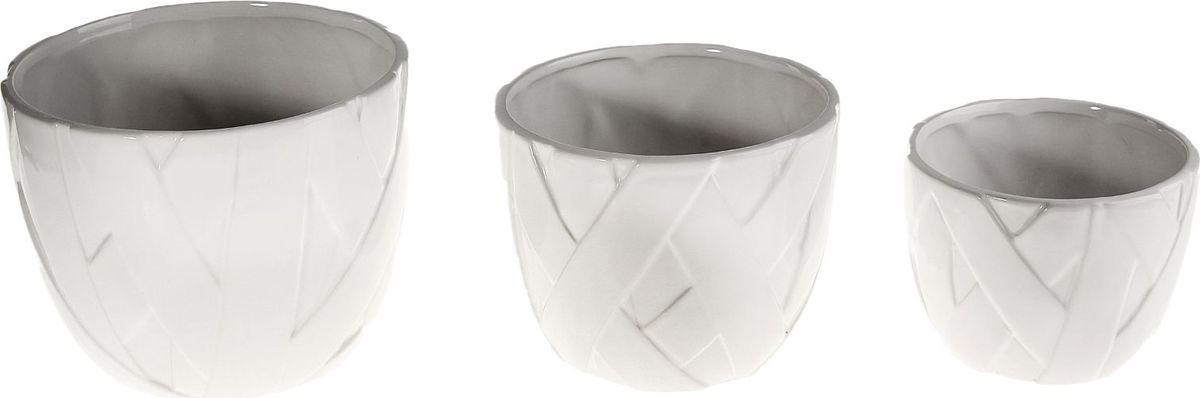 Набор кашпо Кристалл, 3 предмета531-401Размеры: 13 х 10 см, 15 х 13 см, 19 х 15 см. Комнатные растения — всеобщие любимцы. Они радуют глаз, насыщают помещение кислородом и украшают пространство. Каждому из растений необходим свой удобный и красивый дом.Кашпо из керамики прекрасно подходят для высадки растений:за счёт пластичности глины и разных способов обработки существует великое множество форм и дизайновпористый материал позволяет испаряться лишней влагевоздух, необходимый для дыхания корней, проникает сквозь керамические стенки.Набор кашпо 3 шт. Кристалл позаботится о зелёном питомце, освежит интерьер и подчеркнёт его стиль. Добавьте помещению уют.