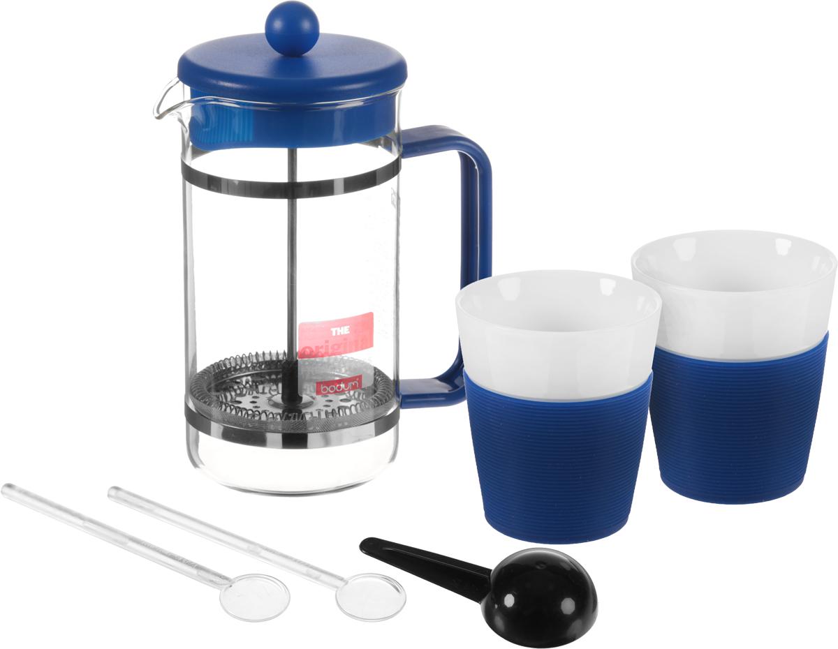 Набор кофейный Bodum Bistro, цвет: синий, белый, прозрачный, 6 предметов. AK1508-XY-Y15115510Кофейный набор Bodum Bistro состоит из чайника френч-пресса, 2 стаканов, 2 ложек и мерной ложки. Френч-пресс выполнен из высококачественного жаропрочного стекла, нержавеющей стали и пластика. Френч-пресс - это заварочный чайник, который поможет быстро приготовить вкусный и ароматный чай или кофе. Металлический нержавеющий фильтр задерживает чайные листочки и частички зерен кофе. Засыпая чайную заварку или кофе под фильтр, заливая горячей водой, вы получаете ароматный напиток с оптимальной крепостью и насыщенностью. Остановить процесс заваривания легко, для этого нужно просто опустить поршень, и все уйдет вниз, оставляя сверху напиток, готовый к употреблению. Элегантные стаканы выполнены из высококачественного фарфора и оснащены резиновой вставкой, защищающей ваши руки от высоких температур. Ложки изготовлены из пластика. Яркий и стильный набор украсит стол к чаепитию и станет чудесным подарком к любому случаю. Изделия можно мыть в посудомоечной машине.Объем френч-пресса: 1 л. Диаметр френч-пресса (по верхнему краю): 10 см. Высота френч-пресса: 21,5 см. Объем стакана: 300 мл. Диаметр стакана по верхнему краю: 8,5 см. Высота стакана: 10 см. Длина мерной ложки: 10 см.Длина ложек: 14 см.