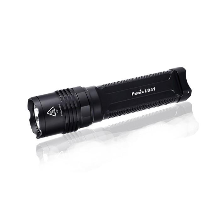 Фонарь Fenix LD41 U2 new 2015P7.2 NВ усовершенствованной модели фонаря Fenix LD41 используется светодиод CREE XM-L2 (U2). Его рабочий ресурс составляет 50 000 часов, а верхняя граница яркости достигает значения 960 люмен. На базе этого светодиода фонарь работает в 6 режимах. Максимальная дистанция освещения для него составляет 270 м. Перечислим характеристики работы осветительного устройства в каждом из режимов:Turbo (960 люмен / 1 ч); High (400 люмен / 2 ч, 25 мин); Mid (150 люмен / 9 ч 30 мин); Low (6 люмен / 200 ч); Strobe (960 люмен ); SOS (150 люмен ). Благодаря широкому диапазону значений яркости в различных режимах, фонарь Fenix LD41 можно использовать в туристических и поисковых целях. А питание от батарей типоразмера АА позволит без труда подобрать замену севшим батарейкам даже в самом отдаленном селении.Модель Fenix LD41 очень практична в использовании. Фонарь легко управляется при помощи 2 торцевых кнопок, имеет высокий уровень защиты всех внутренних механизмов. В частности, его электросхема не подвержена короткому замыканию вследствие неправильной полярности элементов питания. Постоянный уровень яркости фонаря поддерживает система цифровой стабилизации.Дополнительной защитой и гарантом долговечности фонаря Fenix LD41 является корпус из авиационного алюминия, на поверхность которого нанесено жесткое анодирование. Прочный материал корпуса защищает осветительный прибор от поломок после падения на камни с небольшой высоты. Также он не подвержен коррозии. Кроме того, оболочка Fenix LD41 хорошо изолирована от проникновения внутрь воды. Фонарь даже можно включать под водою на глубине до 2 м. Такой уровень гидроизоляции соответствует требованиям международного стандарта IPX-8.Особенности: яркость увеличена до 960 люмен; дальность луча света до 300 м; время работы от комплекта аккумуляторов - до 200 ч; водонепроницаемость класса IPX-8; корпус из сплава алюминия; аккумуляторный отсек на 4 батареи АА; 2 кнопки управления работой фонаря; вес без аккумуляторов 190 г;