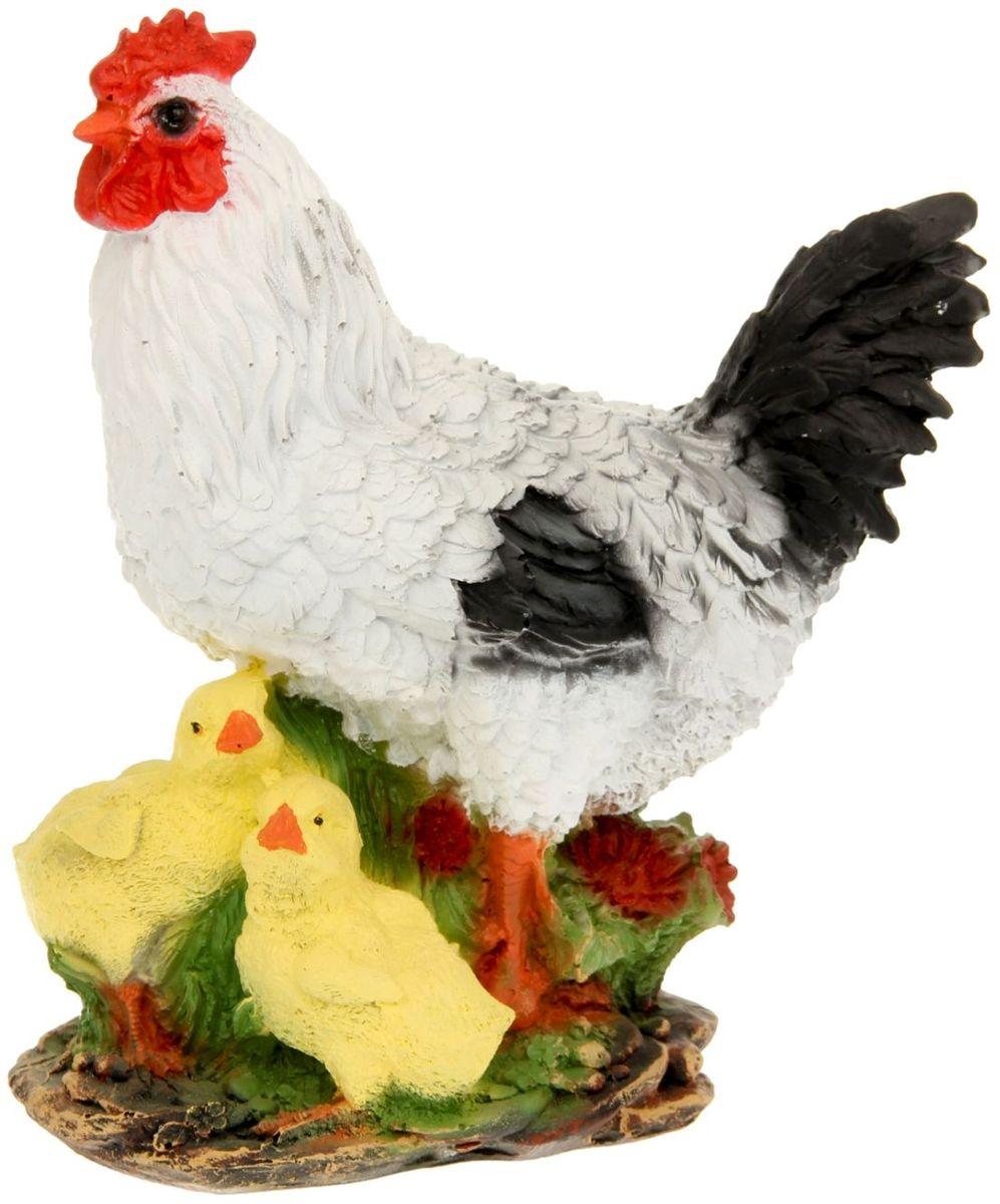 Фигура садовая Белая курица с цыплятами, 17 х 25 х 28 смA6483LM-6WHФигура домашней птицы придаст окружающему пространству ощущение широты и живости. Проявите себя в роли ландшафтного дизайнера. Расставляйте акценты с помощью садового декора: например, чтобы привлечь внимание к клумбе, поставьте фигуру рядом с ней? Садовая фигура из полистоуна (искусственного камня) — оптимальное решение для уличных условий. Этот материал не выцветает на солнце, даже если находится под воздействием ультрафиолета круглый год. Искусственный камень имеет низкую пористость, поэтому ему не страшна влага и на нём не появятся трещины? Садовая фигура будет хранить красоту сада долгие годы.