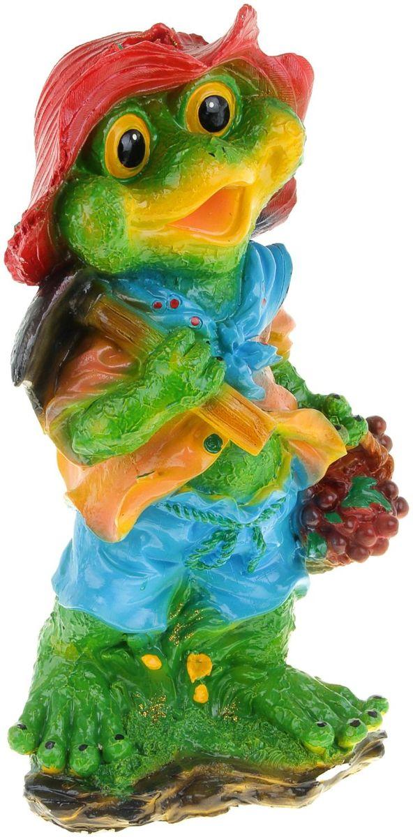 Фигура садовая Лягушка с фруктами, 20 х 28 х 63 см531-401Забавные лягушата добавят новые краски в ландшафт сада. Красочная? Садовая фигура расставит нужные акценты: приманит взор к водоёму или привлечёт внимание к цветочной клумбе. Гармоничнее всего лягушки сморятся в местах своего природного обитания: располагайте их рядом с водой или в траве. Фигура из гипса экологичная, лёгкая и долговечная. Она сделает любимый сад неповторимым.