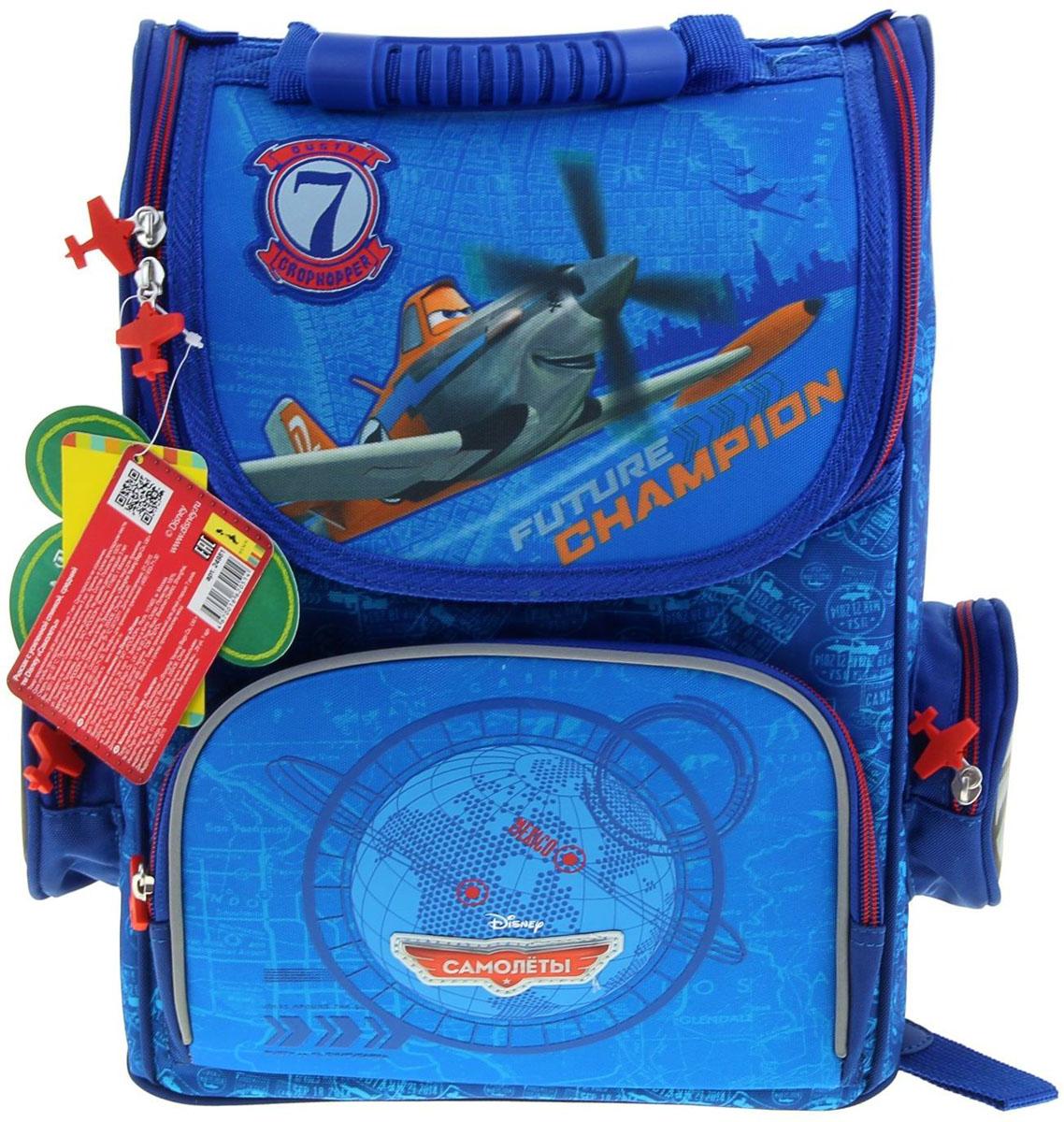 Disney Ранец школьный Самолеты цвет зеленый синий72523WDРанец, или портфель, — это жёсткая ученическая сумка, которая является традиционным атрибутом школьного «снаряжения».Характеристики идеального современного ранца для школьника выглядят так:жёсткие корпус и спинка;регулируемые широкие мягкие лямки;наличие светоотражателей;масса — 600?800 г;мягкие подушечки на спинке и сетчатая, «дышащая» задняя сторона.Ранец стандарт Disney Самолеты, для мальчика — это очень практичное и качественное текстильное изделие, которое отвечает всем перечисленным требованиям.Жёсткий корпус защитит ребёнка и содержимое: он не позволит книгам и учебникам «втыкаться» в спину и сбережёт ранец, если ученик его уронит. А смягчающие элементы (поролон и сетка) сделают процесс ношения этого изделия комфортным.