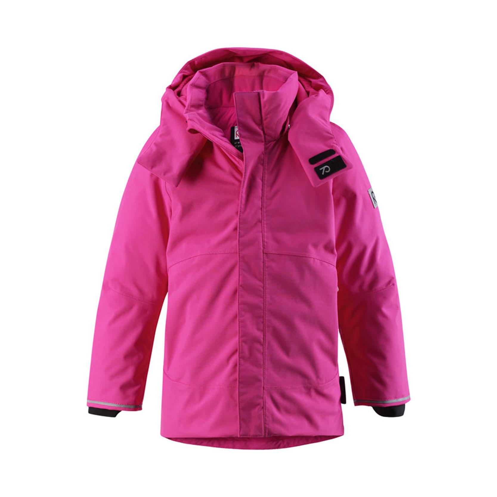 Куртка521372_1210Теплая детская куртка Reimatec+ Paasi идеально подойдет для ребенка в холодное время года. Куртка изготовлена из водоотталкивающей и ветрозащитной мембранной ткани с утеплителем из пуха и пера. Материал отличается высокой устойчивостью к трению, благодаря специальной обработке полиуретаном поверхность изделия отталкивает грязь и воду, что облегчает поддержание аккуратного вида одежды, дышащее покрытие с изнаночной части не раздражает даже самую нежную и чувствительную кожу ребенка, обеспечивая ему наибольший комфорт. Куртка с капюшоном и удлиненной спинкой застегивается на пластиковую застежку-молнию с защитой подбородка, благодаря чему ее легко надевать и снимать, и дополнительно имеет внешний ветрозащитный клапан на липучках. Регулируемый капюшон с козырьком защитит нежные щечки от ветра, он пристегивается к куртке при помощи кнопок и застегивается под подбородком клапаном на липучки. Низ рукавов дополнен внутренними широкими манжетами из лайкры, они мягко обхватывают...
