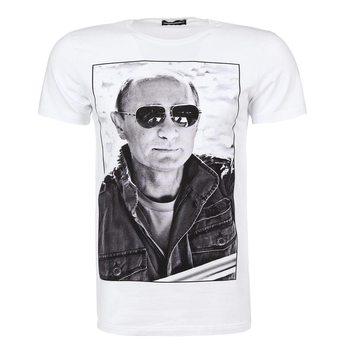 ФутболкаПутин в очкахСтильная мужская футболка Alexander Konasov, выполненная из высококачественного мягкого хлопка с небольшим добавлением лайкры, обладает высокой теплопроводностью, воздухопроницаемостью и гигроскопичностью, позволяет коже дышать. Модель с короткими рукавами и круглым вырезом горловины оформлена фотопринтом с изображением Путина в солнцезащитных очках. Эта футболка - идеальный вариант для создания эффектного образа. Все изделия бренда Alexander Konasov кроятся только по лекалам из высококачественной ткани, идеально сидят на фигуре, после стирки не деформируются.