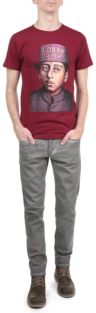 Футболка мужская Dedicated Lobby Boy, цвет: бордовый. 14125. Размер S (46)14125Симпатичная мужская футболка Dedicated Lobby Boy станет модным дополнением к вашему гардеробу. Модель изготовлена из высококачественного материала, благодаря чему великолепно пропускает воздух и обладает высокой гигроскопичностью. Футболка прямого кроя, с короткими рукавами и круглым вырезом горловины оформлена оригинальным принтом.Такая футболка будет отлично смотреться на вас.