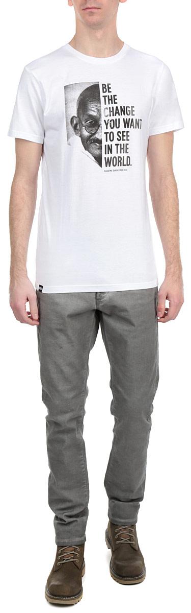 Футболка14100Симпатичная мужская футболка Dedicated Gandhi станет модным дополнением к вашему гардеробу. Модель изготовлена из высококачественного материала, благодаря чему великолепно пропускает воздух и обладает высокой гигроскопичностью. Футболка прямого кроя, с короткими рукавами и круглым вырезом горловины оформлена принтом и надписью. Такая футболка будет отлично смотреться на вас.