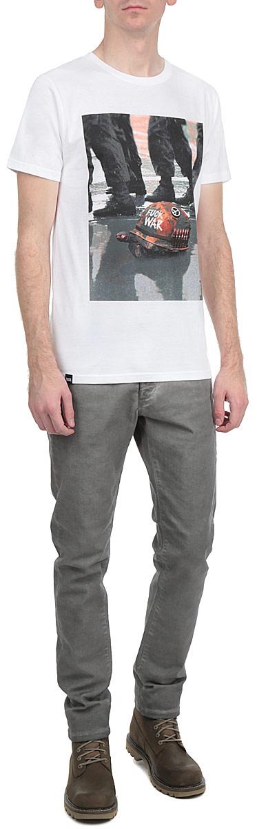 Футболка14110Симпатичная мужская футболка Dedicated Never Forget станет модным дополнением к вашему гардеробу. Модель изготовлена из высококачественного материала, благодаря чему великолепно пропускает воздух и обладает высокой гигроскопичностью. Футболка прямого кроя, с короткими рукавами и круглым вырезом горловины оформлена принтом и надписями. Такая футболка будет отлично смотреться на вас.