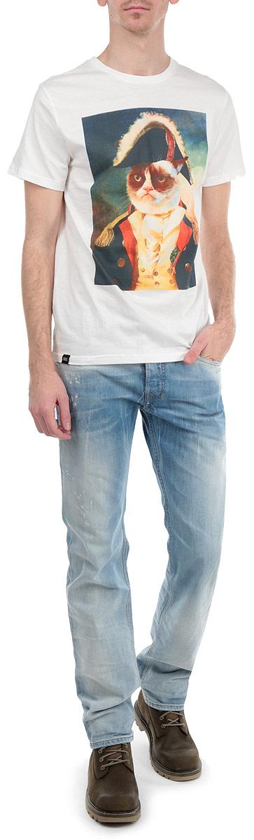 Футболка мужская Dedicated Grumpy, цвет: белый, темно-синий. желтый. 14021. Размер S (46)14021Стильная мужская футболка Dedicated Grumpy, выполненная из высококачественного хлопка, обладает высокой воздухопроницаемостью и гигроскопичностью, позволяет коже дышать. Модель с короткими рукавами и круглым вырезом горловины спереди оформлена ихображением сердитого кота в мундире. Эта футболка - идеальный вариант для создания эффектного образа.