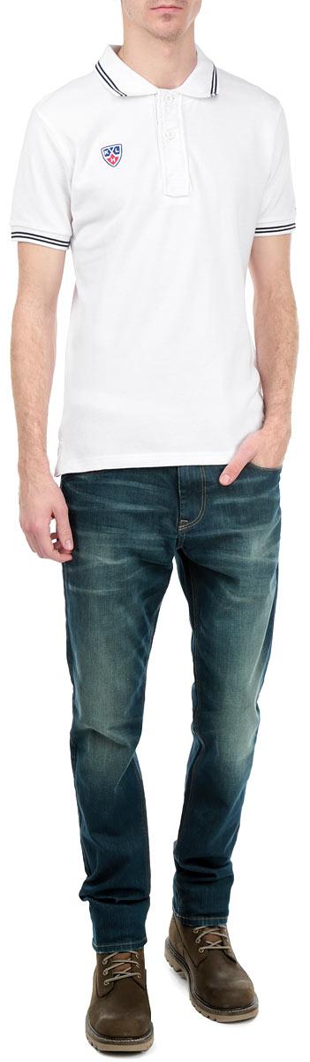 Поло мужское КХЛ, цвет: белый. 261280. Размер L (50)261280Стильная мужская футболка-поло КХЛ, выполненная из натурального хлопка, обладает высокой теплопроводностью, воздухопроницаемостью и гигроскопичностью, позволяет коже дышать. Модель с короткими рукавами и отложным воротником на груди застегивается на две пуговицы. Рукава понизу дополнены широкими трикотажными резинками. Воротник и рукава оформлены контрастными полосками. На груди модель украшена небольшой вышивкой в виде эмблемы хоккейного клуба.Классический покрой, лаконичный дизайн, безукоризненное качество. В такой футболке вы будете чувствовать себя уверенно и комфортно.