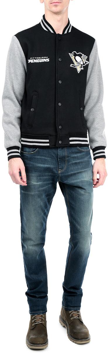 Куртка с логотипом ХК57010Мужская куртка NHL Pittsburgh Penguins, изготовленная из полиэстера и хлопка, очень мягкая и приятная на ощупь, не сковывает движения, обеспечивая наибольший комфорт. Подкладка изделия выполнена из полиэстера. Куртка с небольшим воротником-стойкой и длинными рукавами застегивается на кнопки по всей длине. Снизу модели предусмотрена широкая мягкая резинка, которая предотвращает проникновение холодного воздуха. Рукава дополнены эластичными манжетами. Спереди расположены два втачных кармана на кнопках. Изделие оформлено нашивками с символикой хоккейного клуба Pittsburgh Penguins. Теплая и стильная куртка подарит вам комфорт и станет отличным дополнением к вашему гардеробу.