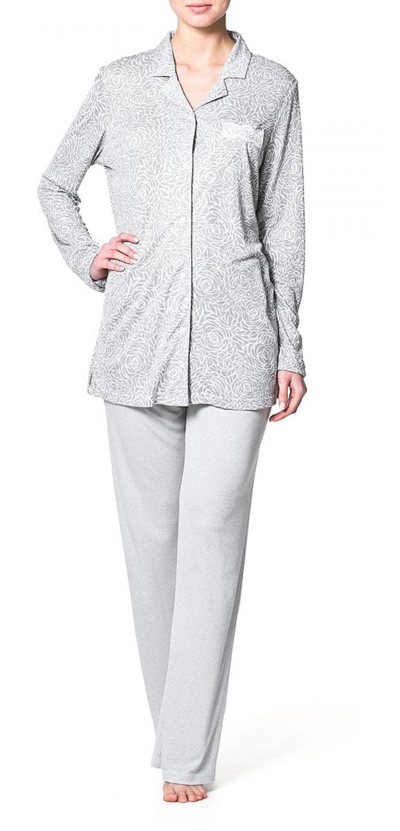 Ночная рубашкаR1550-54Домашняя рубашка Ardi, выполненная из вискозы с модалом, очень мягкая приятная на ощупь, позволяет коже дышать. Модель прямого кроя с длинными рукавами и мягким отложным воротником оформлена нежным цветочным принтом. Спереди рубашка застегивается до низа на пластиковые пуговицы. Спереди изделие дополнено нагрудным накладным карманом с отделкой из тонкого кружева. В такой рубашке вам будет уютно и легко!