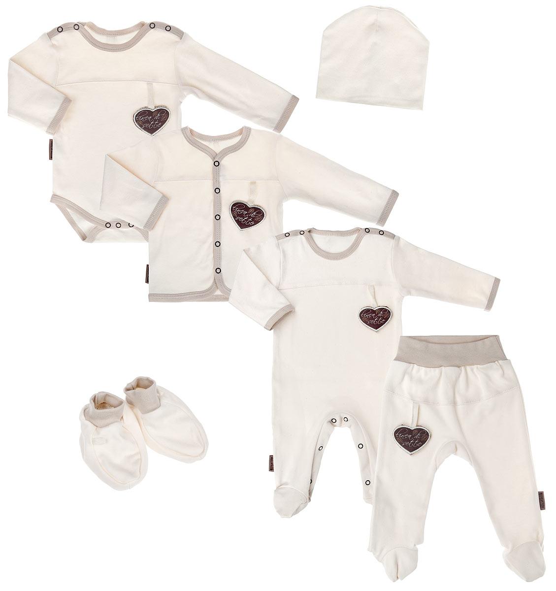 Комплект одежды06-3001Подарочный комплект Linea Di Sette Моя любовь - это замечательный подарок, который прекрасно подойдет для вашей малышки. Комплект состоит из комбинезона, боди, кофточки, ползунков, шапочки и пинеток. Комплект изготовлен из высококачественного органического хлопка, ткани из него не вредят нежной коже малыша, а также их производство безопасно для окружающей среды. Органический хлопок очень мягкий, отлично пропускает воздух, обеспечивая максимальный комфорт. Комбинезон с круглым вырезом горловины, длинными рукавами и закрытыми ножками имеет застежки- кнопки на плечах и ластовице, которые помогают легко переодеть младенца или сменить подгузник. В комбинезоне спинка и ножки младенца всегда будут в тепле. Удобное боди с длинными рукавами и круглым вырезом горловины имеет удобные застежки-кнопки на плечах и ластовице. Кофточка с V-образным вырезом горловины и длинными рукавами имеет застежки-кнопки по всей длине, которые помогают с легкостью переодеть...