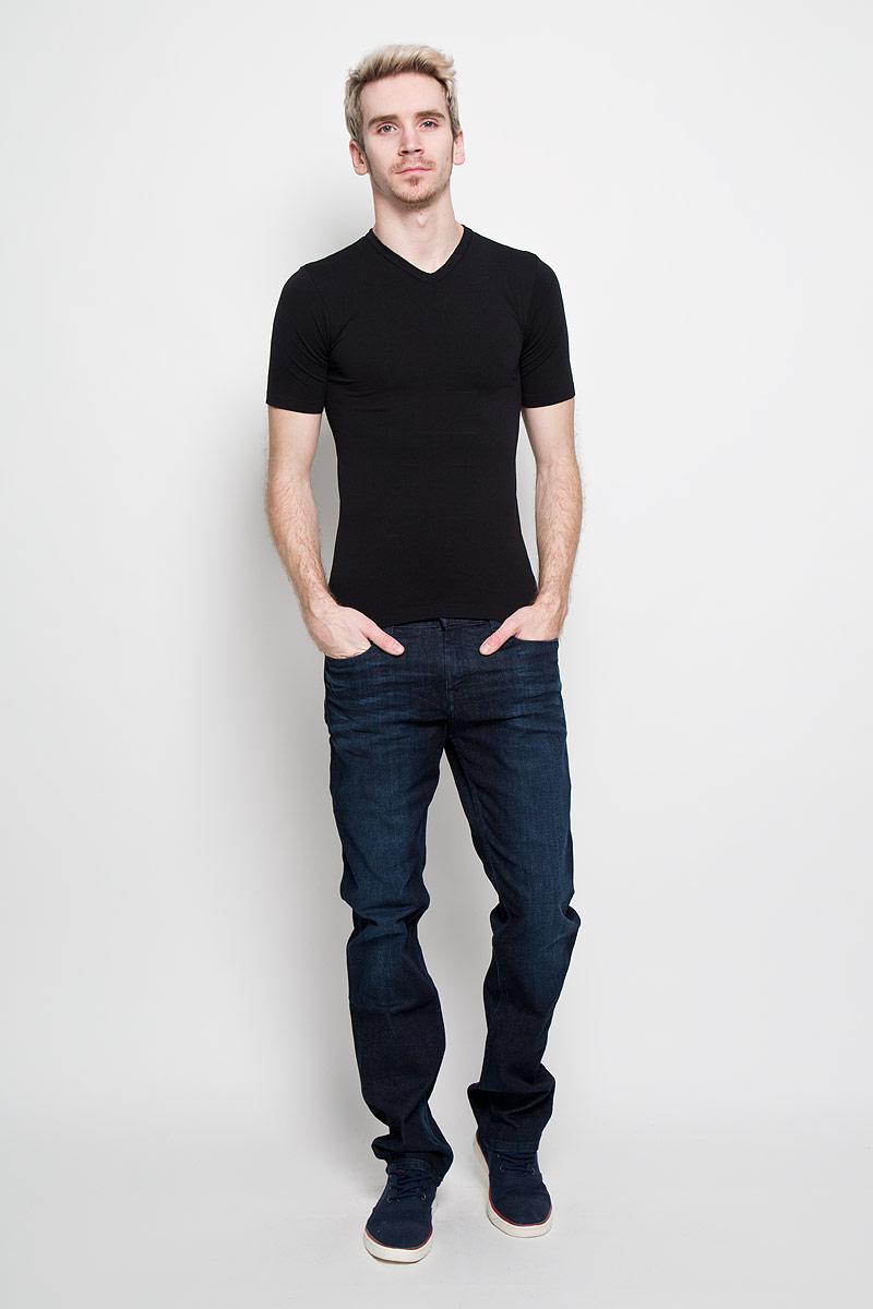 Футболка200023_NeroСтильная мужская футболка Intimidea Basic Man, выполненная из высококачественного эластичного материала, подчеркнет достоинства вашей фигуры. Модель с V-образным вырезом горловины и короткими рукавами. Изделие из микрофибры мягкое приятное на ощупь, не сковывает движения, обеспечивая наибольший комфорт. Микрофибра - гигиеническая дышащая ткань, которая не вызывает аллергию. Воздухопроницаемость обеспечивается малым сечением нити. Из-за особых свойств микрофибры одежда из нее всесезонна: летом она не впитывает влагу, а зимой отлично сохраняет тепло. Структура волокна делает ткань приятной для тела, мягкой и бархатистой. Такая футболка станет отличным дополнением к вашему гардеробу!
