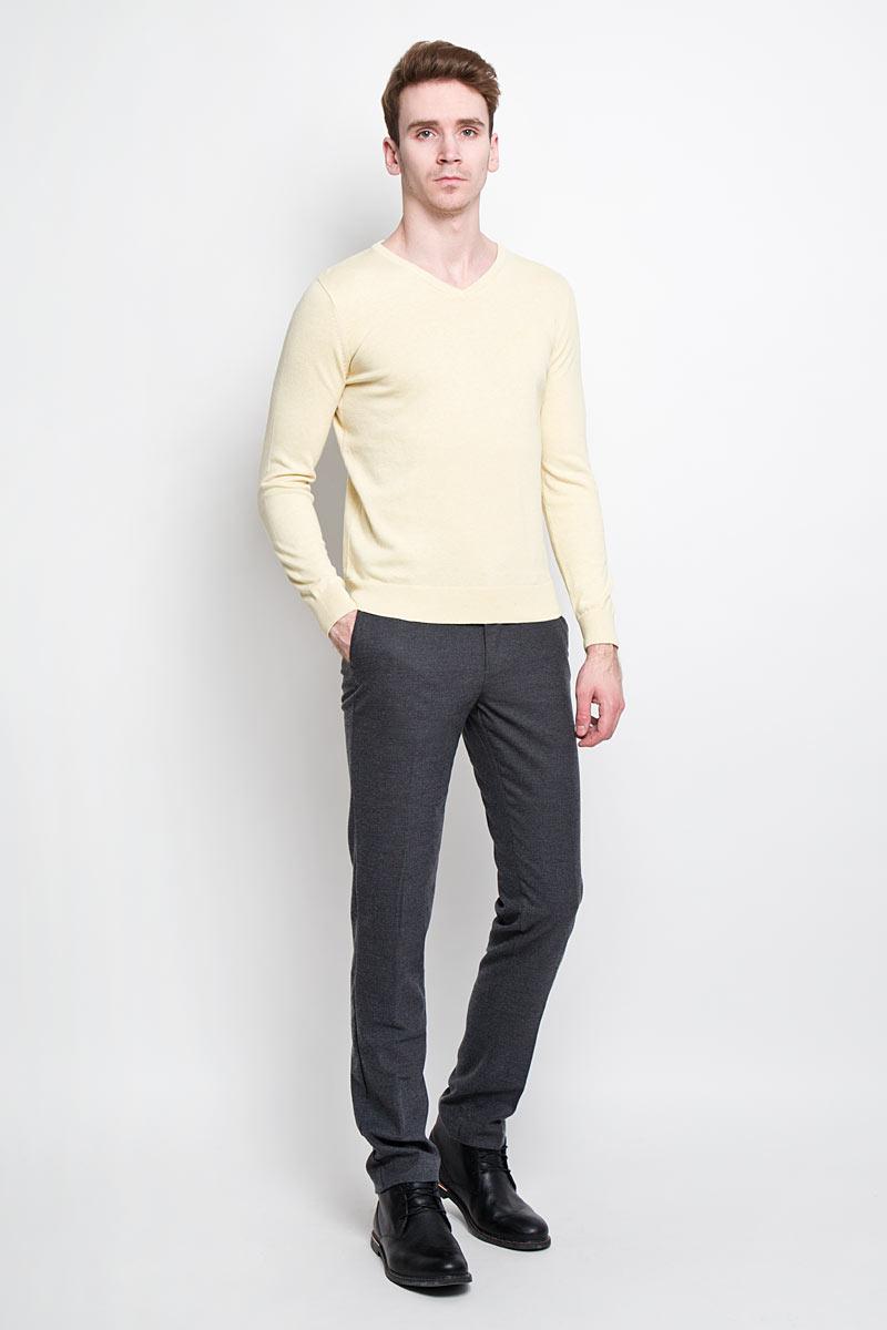 Пуловер мужской Tom Tailor, цвет: светло-желтый. 3019732.00.10. Размер XL (52)3019732.00.10Стильный мужской пуловер Tom Tailor, выполненный из высококачественного материала, приятный на ощупь, не сковывает движения, обеспечивая наибольший комфорт. Модель с V-образным вырезом горловины и длинными рукавами спереди декорирована вышитой в виде буквы T. Низ и манжеты изделия связаны широкой резинкой, что предотвращает деформацию при носке и препятствует проникновению холодного воздуха. Модель идеально гармонирует с любыми предметами одежды и будет уместна и на отдых, и работу. Этот модный пуловер станет отличным дополнением вашего гардероба.