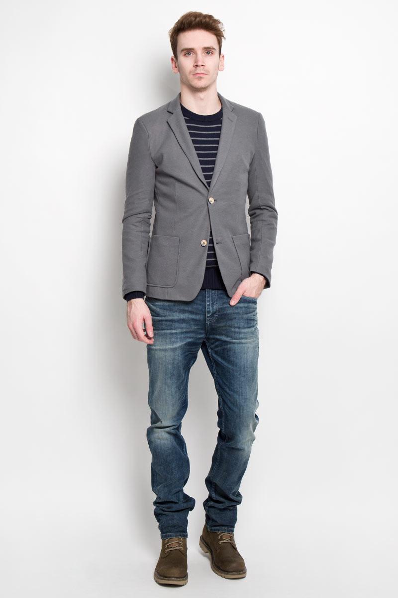 Пиджак мужской Finn Flare, цвет: серый. B16-21014. Размер L (50)B16-21014Классический мужской пиджак Finn Flare изготовлен из высококачественного материала на основе полиэстера с добавлением хлопка, благодаря чему он приятен на ощупь и обеспечит вам комфорт и удобство при носке. Подкладка пиджака выполнена из 100% полиэстера. Пиджак с воротником с лацканами и длинными рукавами застегивается на две пуговицы. Манжеты рукавов также дополнены декоративными пуговицами. Пиджак имеет два накладных кармана спереди и два внутренних втачных кармана на пуговицах.Этот модный и в тоже время комфортный пиджак отличный вариант как для офиса, так и для повседневной носки. Он станет великолепным дополнением к вашему гардеробу, а благодаря классическому фасону, такой пиджак будет прекрасно сочетаться с любыми нарядами.