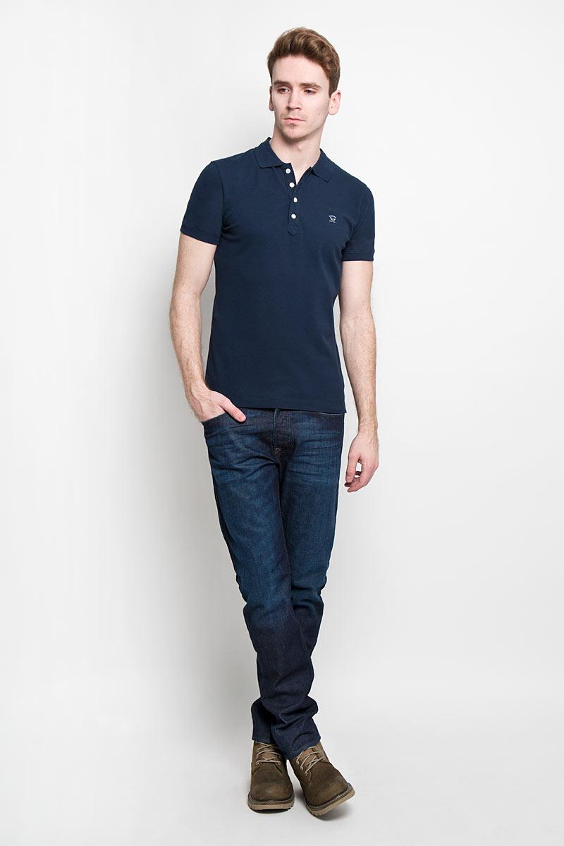 Поло00SFUM-00MXZСтильная мужская футболка-поло Diesel, изготовленная из высококачественного эластичного хлопка, обладает высокой теплопроводностью, воздухопроницаемостью и гигроскопичностью, позволяет коже дышать. Модель с короткими рукавами и отложным воротником - идеальный вариант для создания оригинального современного образа. Сверху футболка-поло застегивается на четыре пуговицы. Классическая однотонная расцветка позволит вам сочетать эту модель с любыми нарядами. На груди футболка декорирована логотипом бренда в виде надписи и металлического значка. Такая модель подарит вам комфорт в течение всего дня и послужит замечательным дополнением к вашему гардеробу.