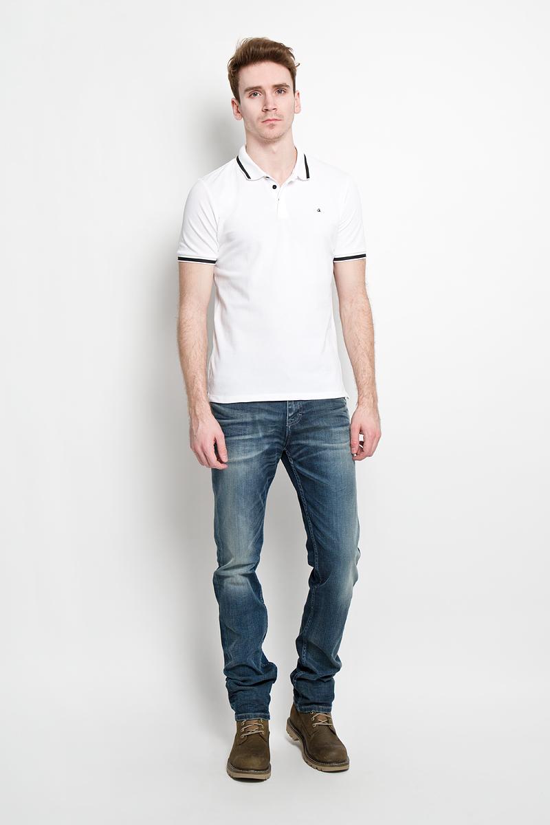 ПолоJ3IJ303821Стильная мужская футболка-поло Calvin Klein Jeans, изготовленная из высококачественного эластичного хлопка, обладает высокой теплопроводностью, воздухопроницаемостью и гигроскопичностью, позволяет коже дышать. Модель с короткими рукавами и отложным воротником станет идеальным вариантом для создания современного образа. Сверху футболка-поло застегивается на три пуговицы, которые закрыты планкой. По бокам небольшие разрезы. Такая модель подарит вам комфорт в течение всего дня и послужит замечательным дополнением к вашему гардеробу.