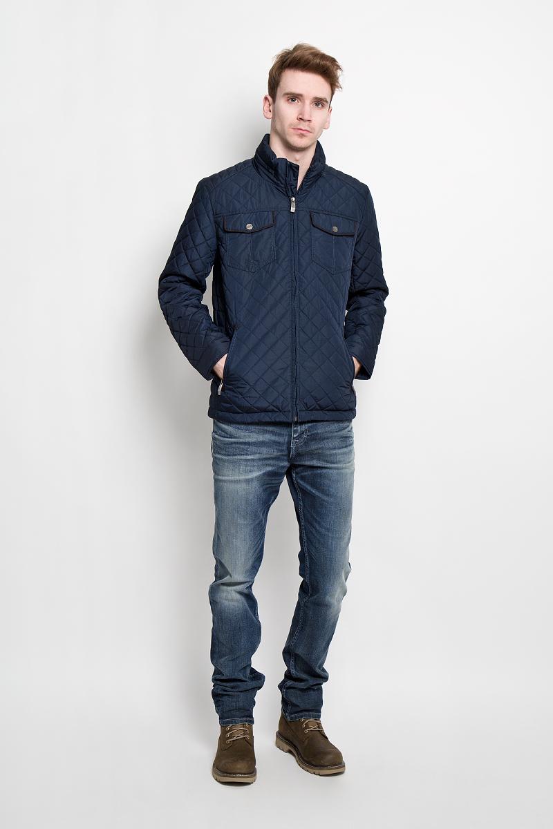 КурткаB16-21011Стильная стеганная куртка Finn Flare подчеркнет ваш потрясающий вкус. Модель прямого кроя с воротником-стойкой застегивается на застежку- молнию. В воротнике под молнией спрятан капюшон. Утеплитель - синтепон. Рукава оформлены манжетами на металлических кнопках. Куртка дополнена двумя боковыми карманами на застежках-молниях. Также есть два нагрудных кармана на кнопках. С внутренней стороны куртки расположены три потайных кармана, один из которых на молнии, два других на пуговицах. Эта модная куртка послужит отличным дополнением к вашему гардеробу.