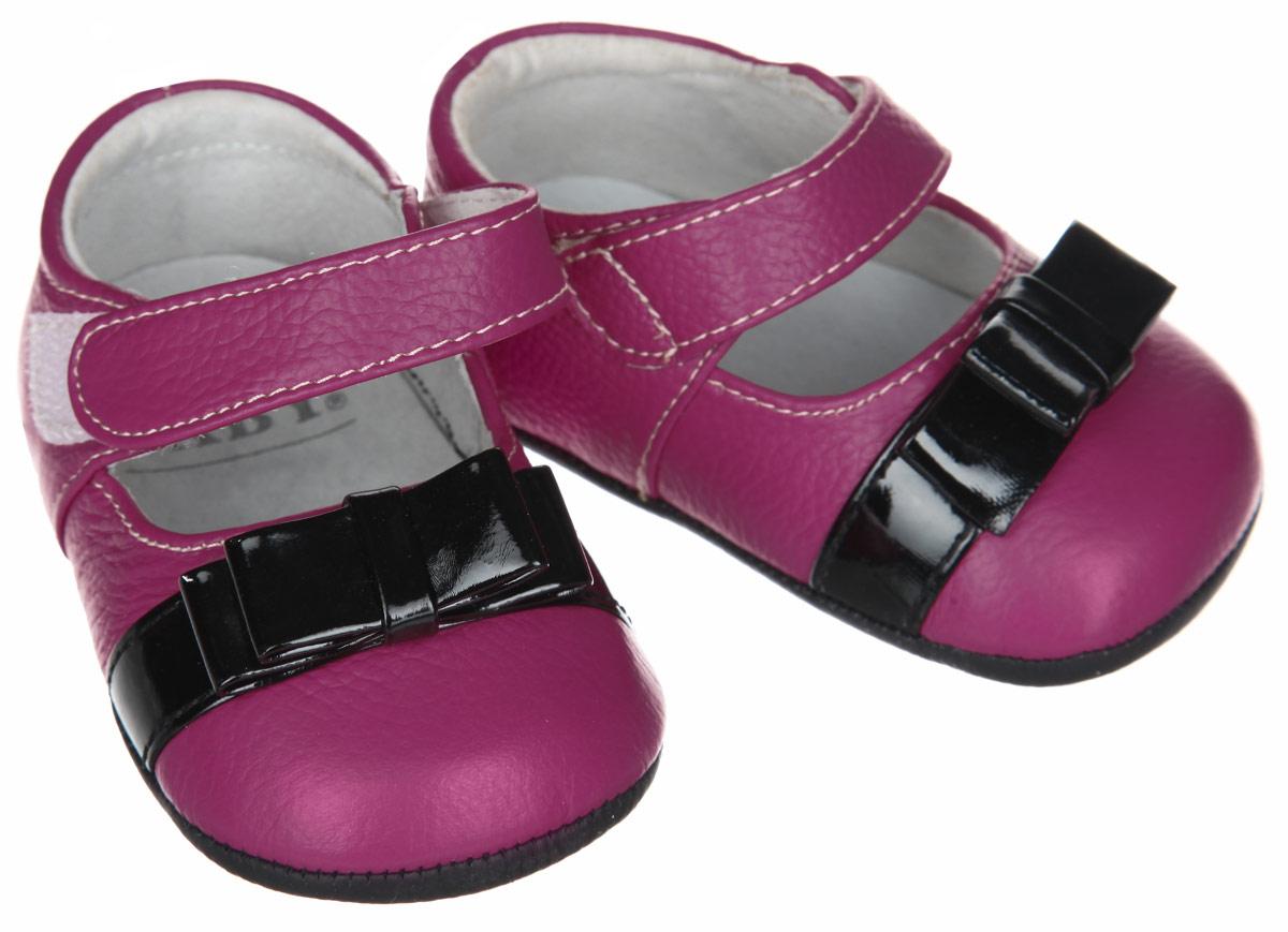 Пинетки для девочки Hudson Baby Туфельки, цвет: розовый, черный. 54035. Размер 6/12 месяцев54035Пинетки для девочки Hudson Baby Туфельки станут стильным дополнением к гардеробу малышки. Изделие выполнено из натуральной кожи.Модель застегивается с помощью удобного хлястика на липучке, который надежно фиксирует пинетки на ножке младенца. На стопе предусмотрен прорезиненный рельефный рисунок, благодаря которому ребенок не будет скользить. Изделие оформлено вставкой с бантом контрастного цвета. Мягкие, не сдавливающие ножку материалы делают модель практичной, комфортной и популярной. Такие пинетки - отличное решение для малышей и их родителей!Пинетки упакованы в коробку, идеальны для подарка.