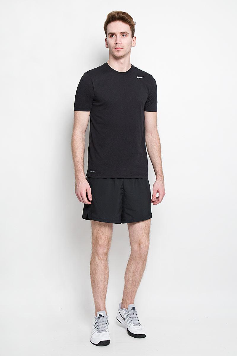 Шорты644236-010Мужские шорты для бега Nike 5 Challenger Short изготовлены из 100% полиэстера с технологией Dri-FIT, выводящей влагу на поверхность с тела спортсмена во время тренировки. Шорты необычайно мягкие и приятные на ощупь, не сковывают движения, не раздражают даже самую нежную и чувствительную кожу, обеспечивая наибольший комфорт. Модель с вшитыми трусами на талии имеет широкую эластичную резинку с затягивающимся скрытым шнурком, тем самым обеспечивая надежную посадку по фигуре. Оформлено изделие небольшой термоаппликацией в виде логотипа бренда со светоотражающим эффектом, что улучшает видимость бегуна в темное время суток. Специальные вставки с отверстиями по бокам, сделанными лазером, предназначены для превосходного воздухообмена. Предусмотрен внутренний врезной небольшой кармашек для мобильного телефона или мелочей. Такие шорты идеально подойдут как для занятий бегом, так и для зала.