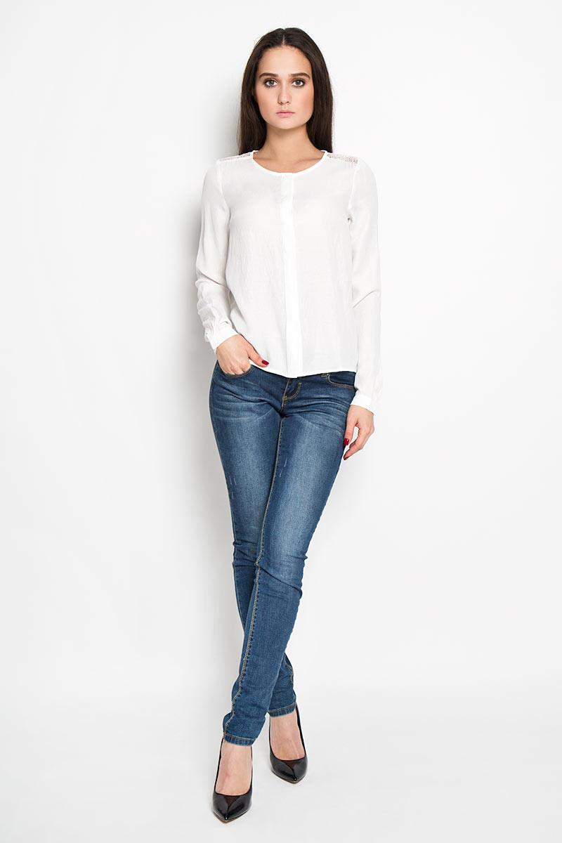 Блузка2031248.00.71Стильная женская блуза Tom Tailor, выполнена из легкой ткани, мягкой и приятной на ощупь. Модель подчеркнет ваш стиль и поможет создать оригинальный женственный образ. Блузка прямого кроя с длинными рукавами и круглым вырезом горловины. Модель застегивается на пуговицы по всей длине, при этом пуговицы скрыты планкой. Рукава модели имеют узкий манжет, застёгивающийся на пуговицу. На груди предусмотрены вытачки. Блузка на спинке в верхней части декорирована гипюровой вставкой, а спереди вышитым логотипом бренда Tom Tailor Denim. Такая блузка будет дарить вам комфорт в течение всего дня и послужит замечательным дополнением к вашему гардеробу.