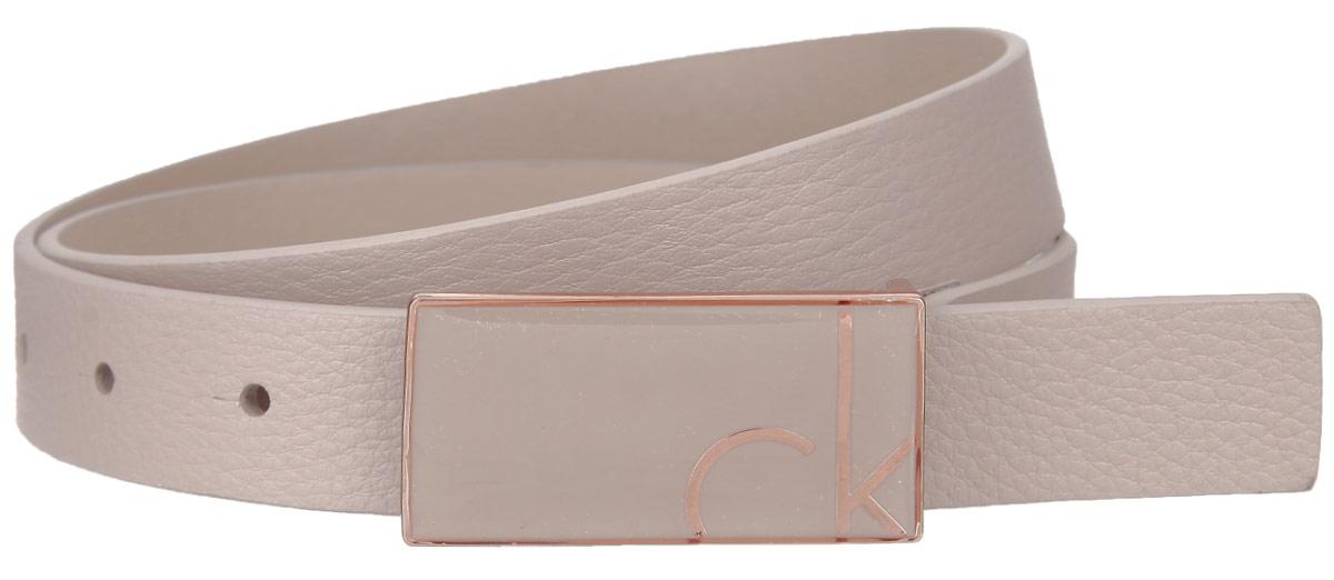 РеменьK60K601043Эффектный женский ремень Calvin Klein станет великолепным дополнением к любому образу. Узкий ремень изготовлен из натуральной кожи. Небольшая прямоугольная пряжка с крючком выполнена из блестящего металла, она позволит вам легко и быстро зафиксировать ремень и отрегулировать его длину. Элегантный ремень превосходно сочетается с любыми нарядами. Этот стильный аксессуар прекрасно дополнит ваш образ и позволит вам подчеркнуть свой вкус и индивидуальность. Уважаемые клиенты! Обращаем ваше внимание на тот факт, что размер ремня, доступный для заказа, является его длиной.
