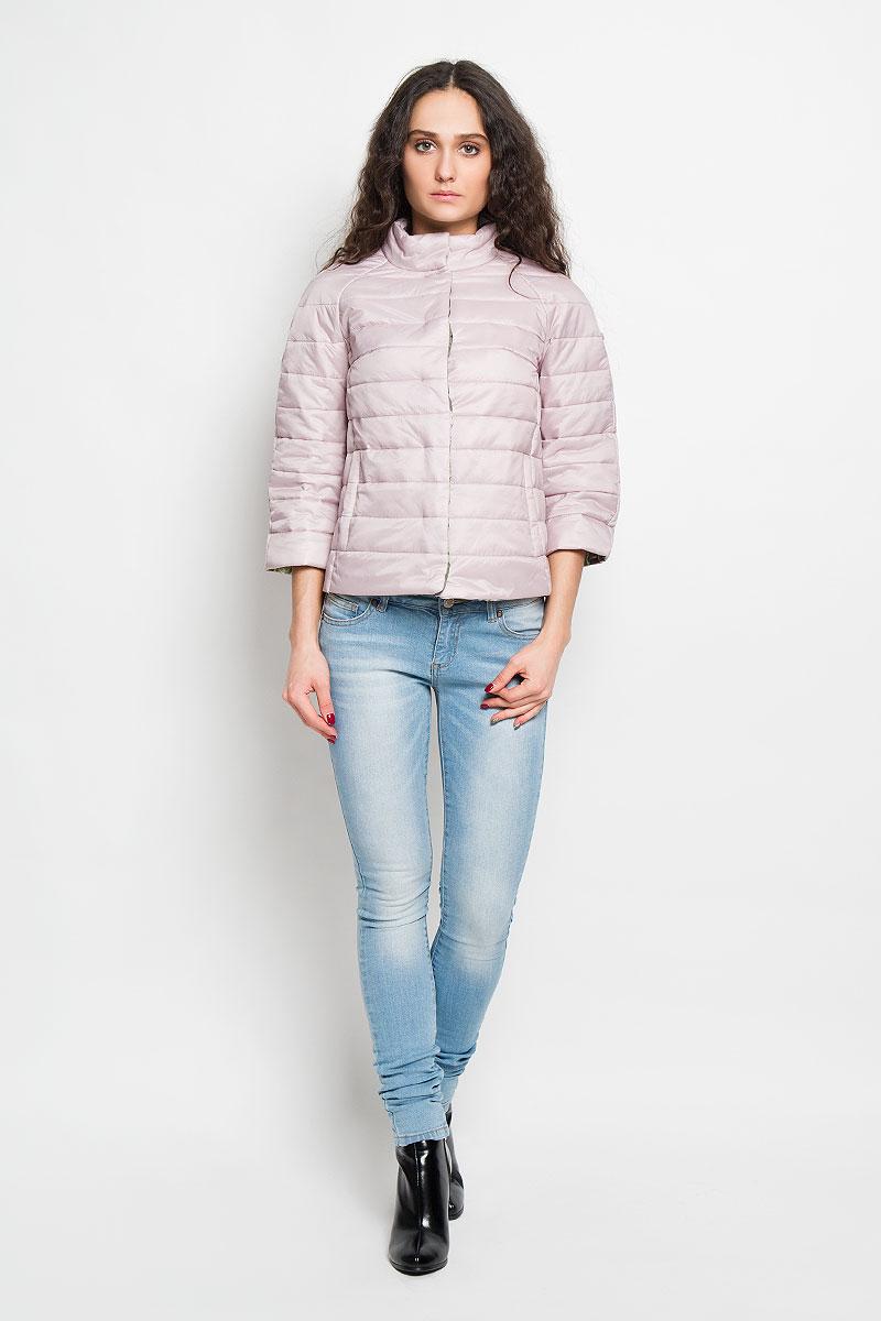 КурткаB036027Удобная женская куртка Baon согреет вас в прохладную погоду и позволит выделиться из толпы. Модель с рукавами-реглан 3/4 и воротником-стойкой выполнена из прочного нейлона с синтепоновым наполнителем, и застегивается на кнопки. Куртка имеет красочную подкладку с цветочным принтом и дополнена двумя втачными карманами на кнопках спереди . Эта модная и в то же время комфортная куртка - отличный вариант для прогулок, она подчеркнет ваш изысканный вкус и поможет создать неповторимый образ.