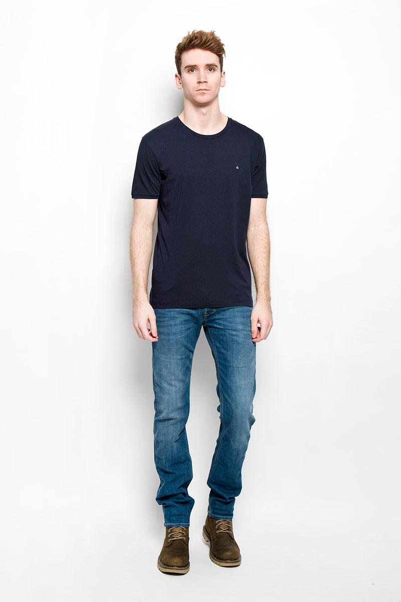 Футболка мужская Calvin Klein Jeans, цвет: темно-синий. J3EJ303835. Размер XXL (56)35340Стильная мужская футболка Calvin Klein Jeans, выполненная из натурального хлопка, необычайно мягкая и приятная на ощупь, не сковывает движения и позволяет коже дышать, обеспечивая комфорт. Модель с круглым вырезом горловины и короткими рукавами на груди оформлена вышитыми буквами ck. Вырез горловины дополнен эластичной трикотажной резинкой, что предотвращает деформацию при носке. Футболка Calvin Klein Jeans станет отличным дополнением к вашему гардеробу.