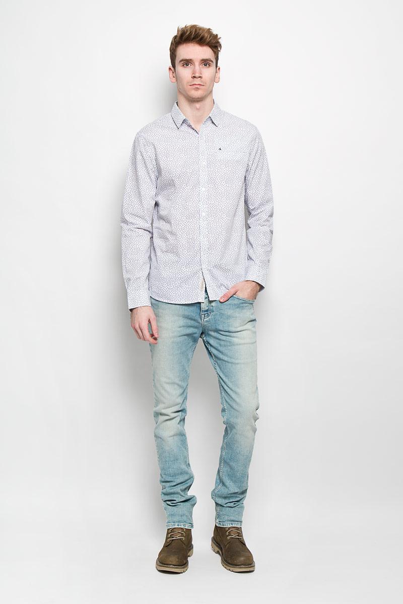 Рубашка130240-0001Мужская рубашка Calvin Klein Jeans подчеркнет ваш уникальный стиль. Изготовленная из натурального хлопка, она мягкая и приятная на ощупь, не сковывает движения и позволяет коже дышать, обеспечивая наибольший комфорт. Рубашка с отложным воротником и длинными рукавами застегивается на пуговицы по всей длине. На груди расположен прорезной карман. Манжеты рукавов также застегиваются на пуговицы. Модель оформлена мелким принтом по всей поверхности, украшена вышитым логотипом бренда. Стильная рубашка подарит вам комфорт в течение всего дня и займет достойное место в вашем гардеробе.