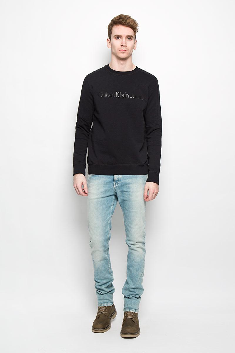 СвитшотPM001-WHITEСтильный мужской свитшот Calvin Klein, изготовленный из высококачественного натурального хлопка, мягкий и приятный на ощупь, не сковывает движений и обеспечивает наибольший комфорт. Материал на основе хлопка великолепно пропускает воздух, позволяя коже дышать, и обладает высокой гигроскопичностью. Модель с круглым вырезом горловины и длинными рукавами оформлена блестящей надписью Calvin Klein Jeans спереди. Манжеты рукавов, воротник и низ изделия дополнены трикотажными резинками. Этот свитшот - настоящее воплощение комфорта, он послужит отличным дополнением к вашему гардеробу. В нем вы будете чувствовать себя уютно в прохладное время года.