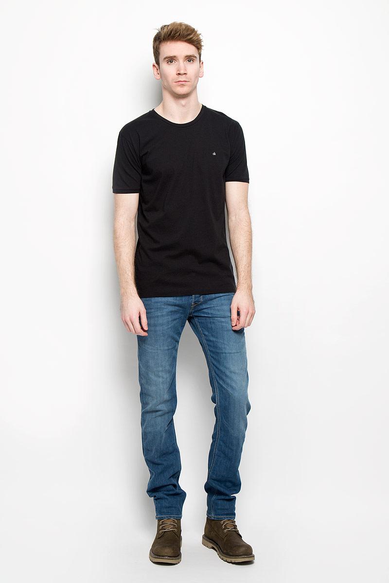 Футболка мужская Calvin Klein Jeans, цвет: черный. J3EJ303835. Размер XL (54)J3EJ303835Стильная мужская футболка Calvin Klein Jeans, выполненная из натурального хлопка, необычайно мягкая и приятная на ощупь, не сковывает движения и позволяет коже дышать, обеспечивая комфорт. Модель с круглым вырезом горловины и короткими рукавами на груди оформлена вышитыми буквами ck. Вырез горловины дополнен эластичной трикотажной резинкой, что предотвращает деформацию при носке. Футболка Calvin Klein Jeans станет отличным дополнением к вашему гардеробу.