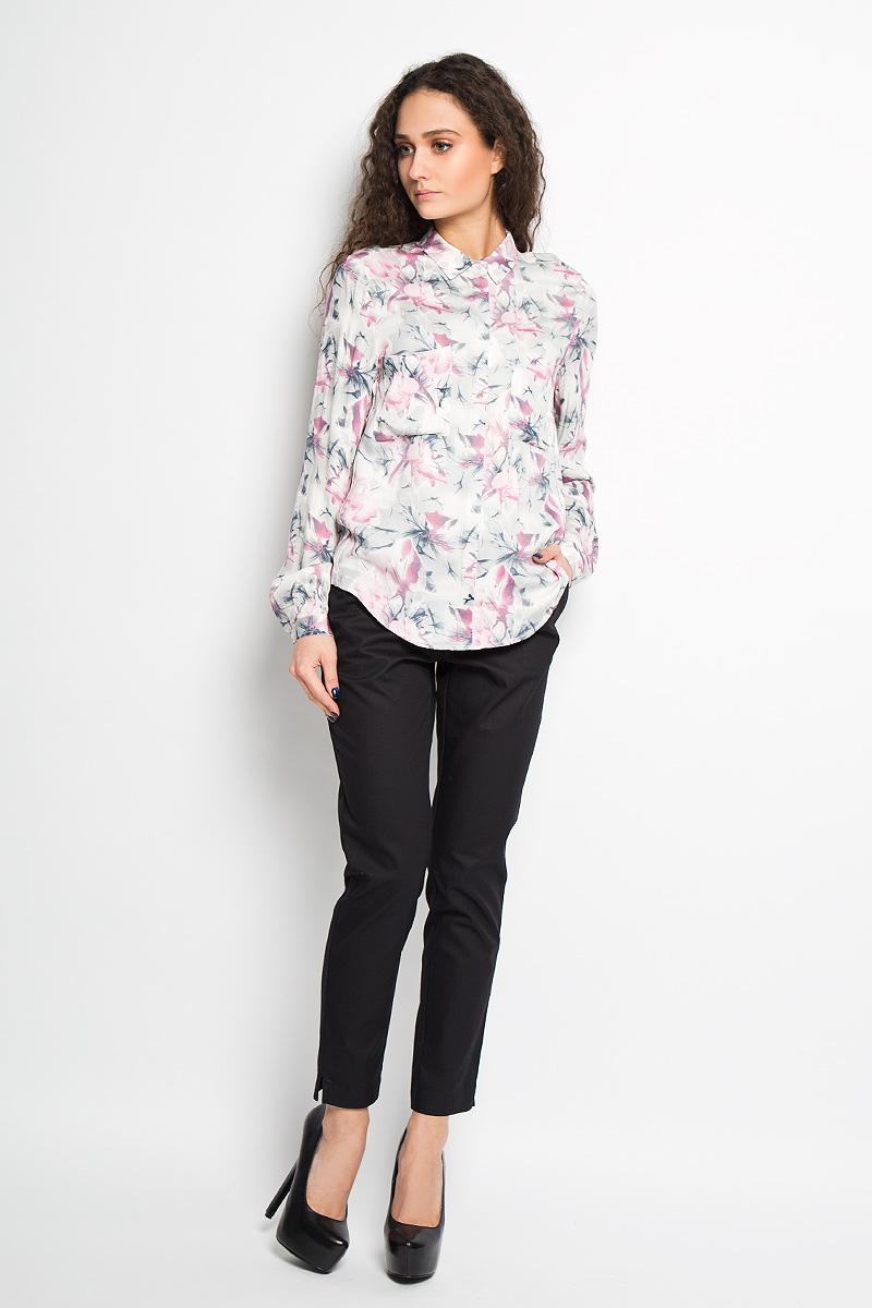 РубашкаSPL0305BIЖенская рубашка Top Secret, выполненная из вискозы, станет отличным дополнением к вашему гардеробу. Материал очень мягкий и приятный на ощупь, не сковывает движения и хорошо пропускает воздух. Рубашка с отложным воротником и длинными рукавами застегивается на пуговицы, скрытые под внешней планкой. На груди модели предусмотрены два накладных кармана. Манжеты рукавов также застегиваются на пуговицы. Спинка модели удлинена. Изделие оформлено цветочным принтом по всей поверхности. Современный дизайн и расцветка делают эту рубашку модным и стильным предметом женской одежды, в ней вы всегда будете чувствовать себя уютно и комфортно.