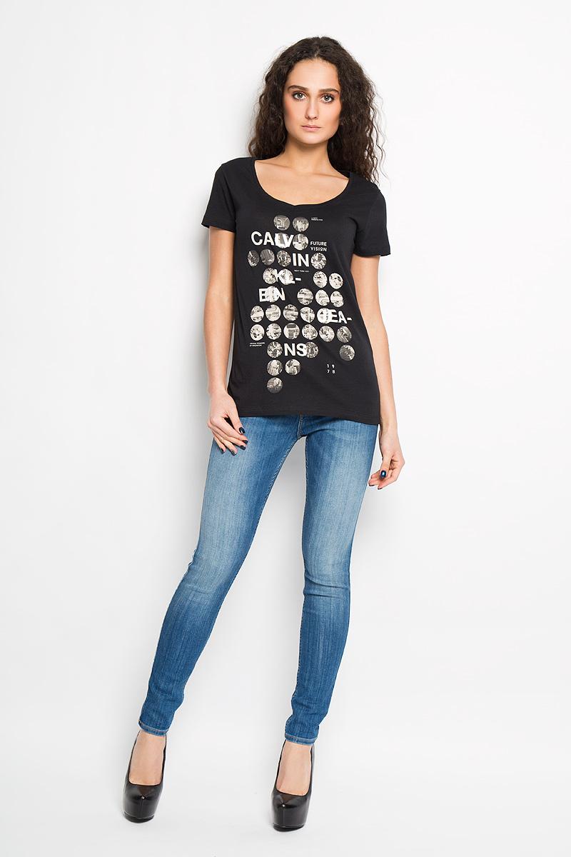 ФутболкаWT53504/AZHПотрясающая женская футболка Calvin Klein Jeans выполнена в современном городском стиле. Модель, изготовленная из высококачественного 100% хлопка, не сковывает движения и позволяет коже дышать, обеспечивая наибольший комфорт. Футболка приталенного кроя с V-образным вырезом горловины оформлена оригинальным принтом. Идеальный вариант для тех, кто ценит комфорт и качество.