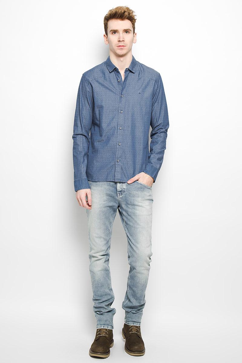 Рубашка мужская Calvin Klein Jeans, цвет: голубой. J3IJ303474. Размер L (48/50)L66SZTCFДжинсовая мужская рубашка Calvin Klein Jeans, выполненная из натурального хлопка, мягкая и приятная на ощупь, не сковывает движения и позволяет кожедышать, обеспечивая комфорт. Модель с отложным воротником и длинными рукавами застегивается на пластиковые пуговицы по всей длине. Манжеты также застегиваются на пуговицы. На груди модель оформлена вышитыми буквами ck.Эта модная и удобная рубашка послужит отличным дополнением к вашему гардеробу.