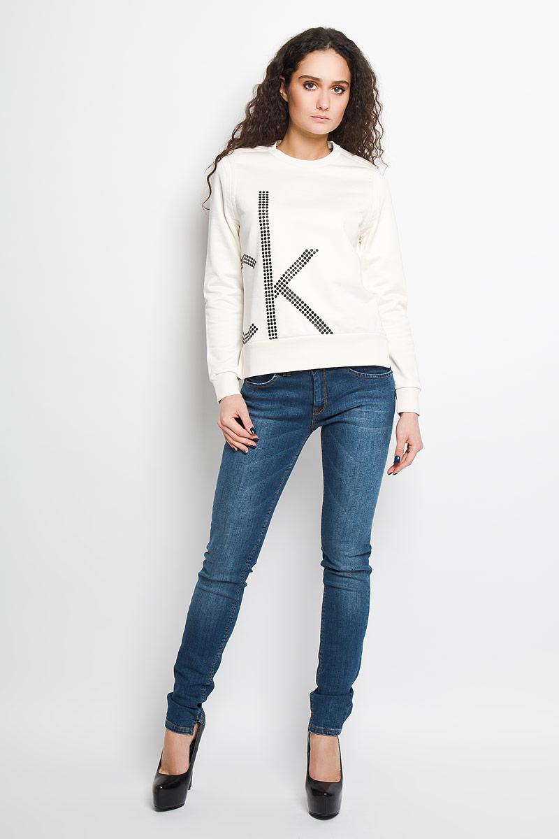 Джемпер женский Calvin Klein Jeans, цвет: молочный. J2EJ203886. Размер M (44/46)W7295DSW1Стильный женский джемпер от Calvin Klein Jeans, выполненный из высококачественного материала, будет отличным дополнением в вашем гардеробе. Модель прямого кроя с длинными рукавами и круглым вырезом горловины оформлена оригинальным принтом. Вырез горловины, манжеты и низ кофты выполнены вязкой резинка. Джемпер по бокам оформлен небольшими разрезами.Классический покрой, лаконичный дизайн, безукоризненное качество. Идеальный вариант для тех, кто ценит комфорт и качество.
