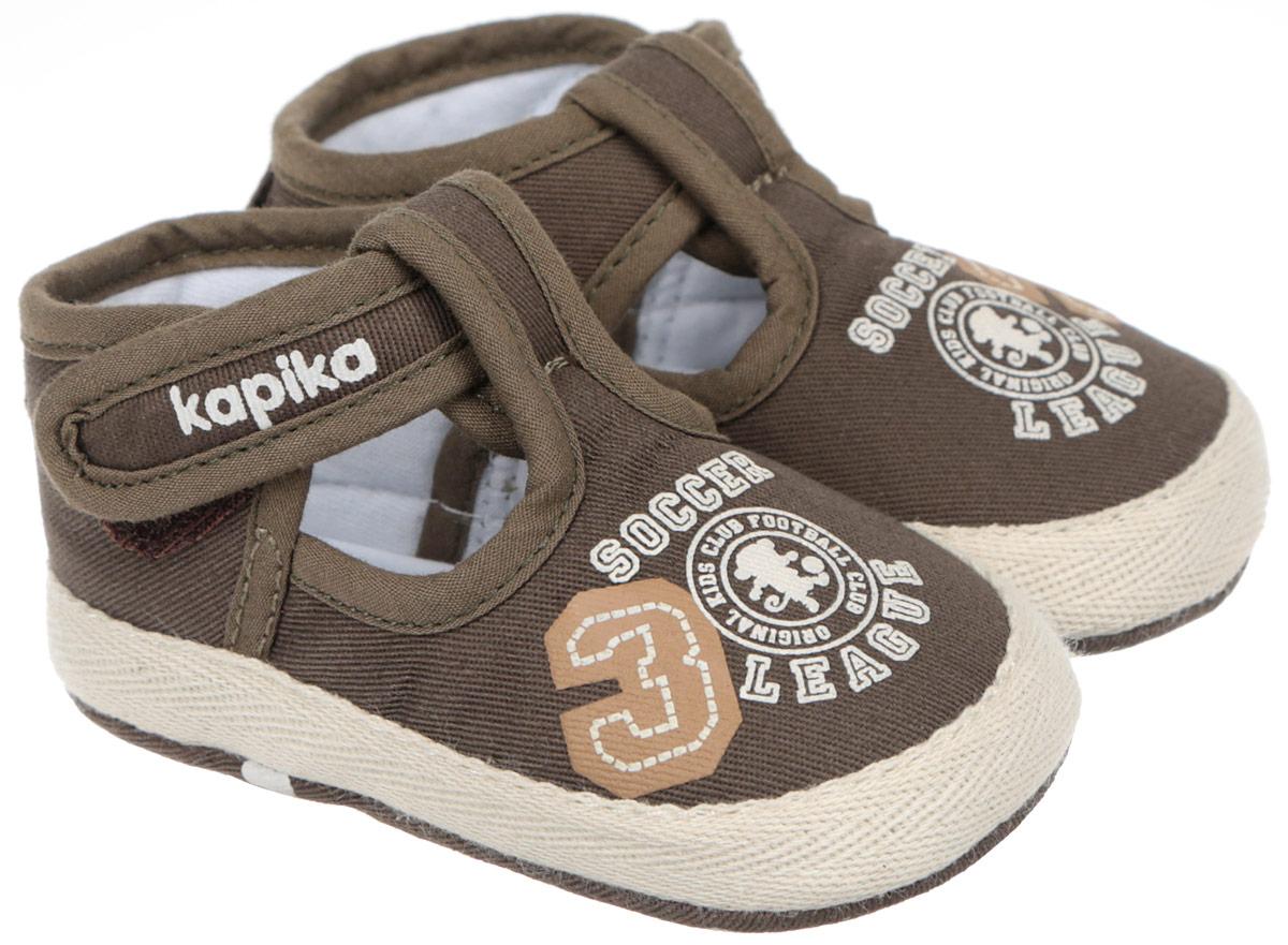 Пинетки10088Стильные и модные пинетки для мальчика Kapika великолепно дополнят наряд маленького модника. В них ваш малыш будет чувствовать себя комфортно и непринужденно. Мягкий, приятный на ощупь и умеренно эластичный хлопковый материал бережно удерживает ножку ребенка и обеспечивает необходимую циркуляцию воздуха и гигроскопичность. Модель дополнена хлястиком с липучкой, который надежно фиксирует пинетки на ножке ребенка и позволяет регулировать их объем. Пинетки декорированы принтом с надписями на английском языке. Милые, нежные, удобные и анатомически правильные для формирующейся ножки детские пинетки станут любимой обувью вашего малыша.