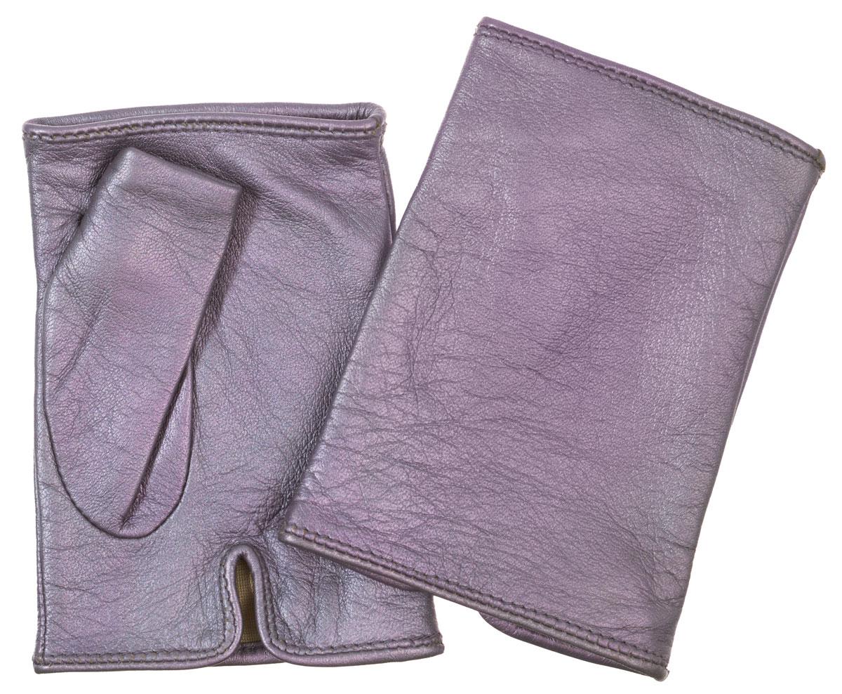 Митенки320Лаконичные митенки Eleganzza изготовлены из натуральной металлизированной кожи ягненка с перламутровым эффектом, подкладка - из шелка. На ладонной стороне изделия имеется небольшой разрез. Первоначально митенки использовались для защиты от холода при выполнении работ, требующих подвижности пальцев. Но начиная с XVIII века митенки стали использоваться как модный женский аксессуар, дамы носили митенки и в помещениях, соответственно митенки выполняли больше эстетическую, а не практическую функцию. Такая мода продержалась и в XIX веке. Использовались как простые вязаные митенки, так и кружевные, причем они могли по длине доходить как до середины руки, так и до локтя. В России митенки использовались еще в XIX веке и считались женскими перчатками. В настоящий момент митенки используются как женщинами, так и мужчинами, но все-таки в большей степени считаются женским аксессуаром одежды!