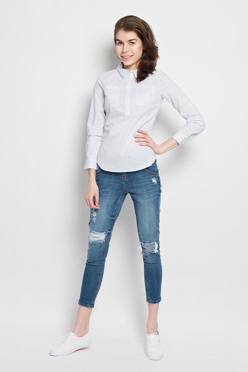 РубашкаB-312/1001-6122Женская рубашка Sela Casual, выполненная из эластичного хлопка с добавлением нейлона, станет модным дополнением к вашему гардеробу. Материал очень мягкий и приятный на ощупь, не сковывает движения и хорошо вентилируется. Рубашка слегка приталенного кроя с отложным воротником и длинными рукавами застегивается сверху на пуговицы. На груди модели предусмотрены два накладных кармана. Длину рукавов можно изменить при помощи хлястиков на пуговицах. Манжеты рукавов также застегиваются на пуговицы. Изделие оформлено принтом в полоску. Современный дизайн и расцветка делают эту рубашку стильным предметом женской одежды. Такая модель подарит вам комфорт в течение всего дня.