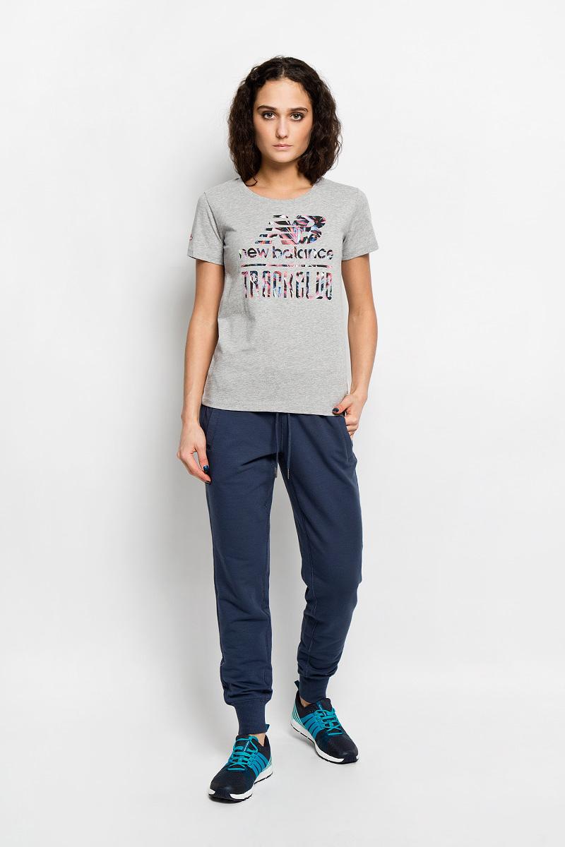 ФутболкаEWT61722/HGRМодная женская футболка New Balance, выполненная из натурального хлопка, обладает высокой теплопроводностью, воздухопроницаемостью и гигроскопичностью, позволяет коже дышать. Модель с короткими рукавами и круглым вырезом горловины - идеальный вариант для создания стильного образа. Оформлено изделие оригинальной термоаппликацией в виде надписей на груди и вышивкой на правом рукаве. Такая модель подарит вам комфорт в течение всего дня и послужит замечательным дополнением к вашему гардеробу.