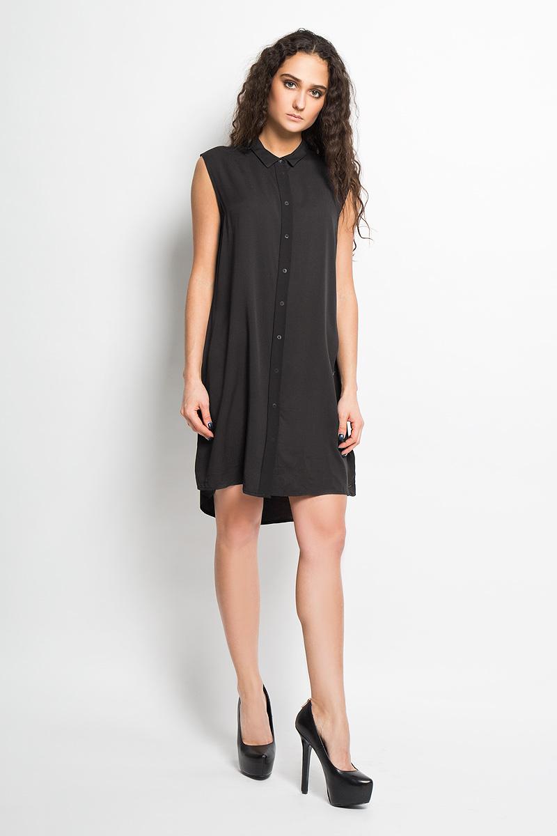Платье3532564.00.71_7687Стильное платье Calvin Klein Jeans, выполненное из мягкой вискозы, прекрасный вариант для модниц. Ткань платья очень легкая, тактильно приятная, не сковывает движения и хорошо пропускает воздух. Отделка платья выполнена из полиэстера. Платье прямого силуэта с отложным воротником застегивается на пуговицы, скрытые за полупрозрачной планкой. На спинке модель дополнена небольшой вставкой из полупрозрачной ткани. Спинка платья удлинена. Изделие украшено небольшой металлической пластиной с названием бренда. Лаконичный дизайн и совершенство стиля подчеркнут вашу индивидуальность.